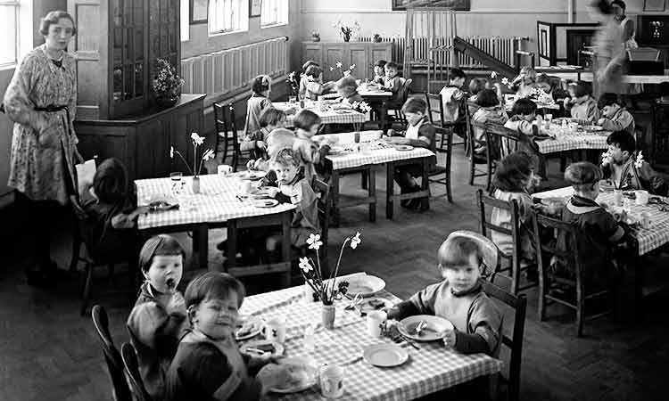 young children having their school dinner